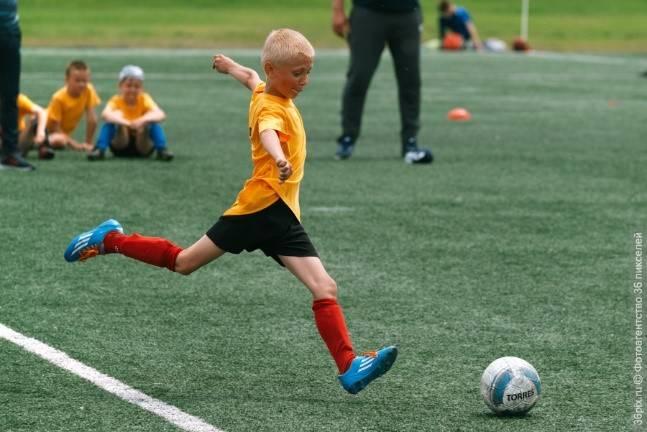 Как и где правильно научить ребенка играть в футбол с нуля
