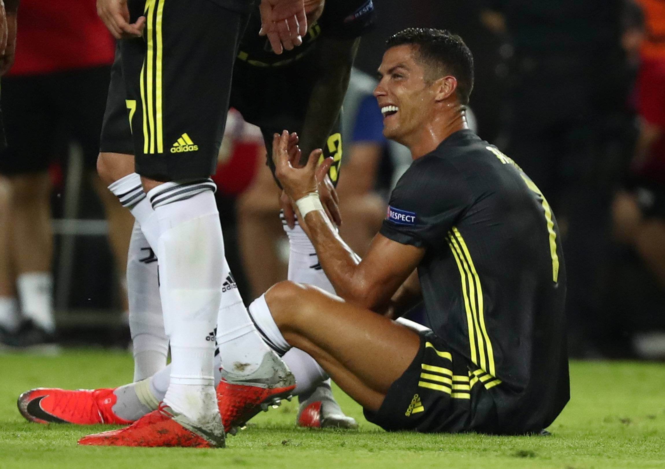 Слезы в футболе – от чего плачут известные футболисты?