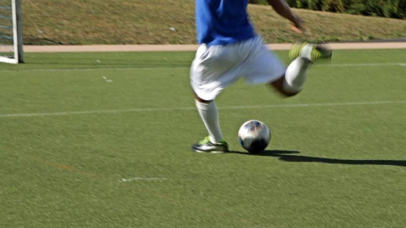 Как правильно бить мяч в футболе