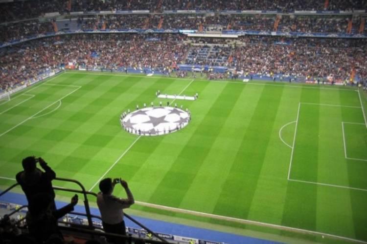Почему футбольное поле полосатое и зачем ему полосы.