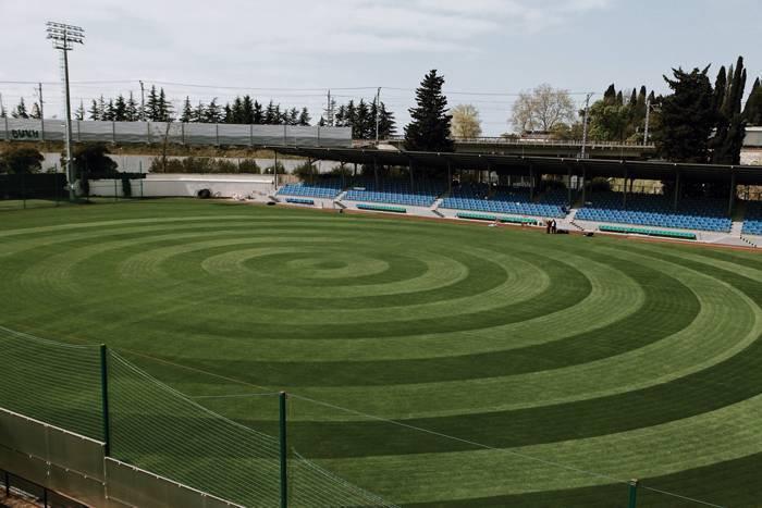 Зачем на футбольном поле делают полосы?