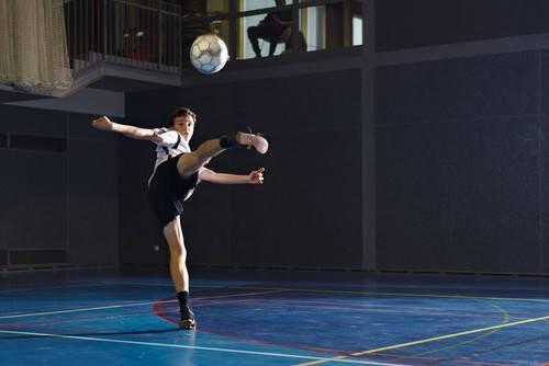 Основы футбола: как бить крученый мяч.