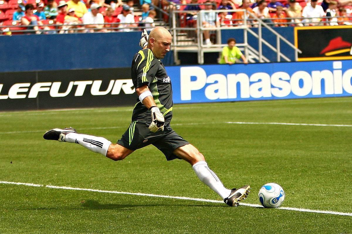 Самая большая скорость мяча в футболе. у какого футболиста самый сильный удар в мировом футболе