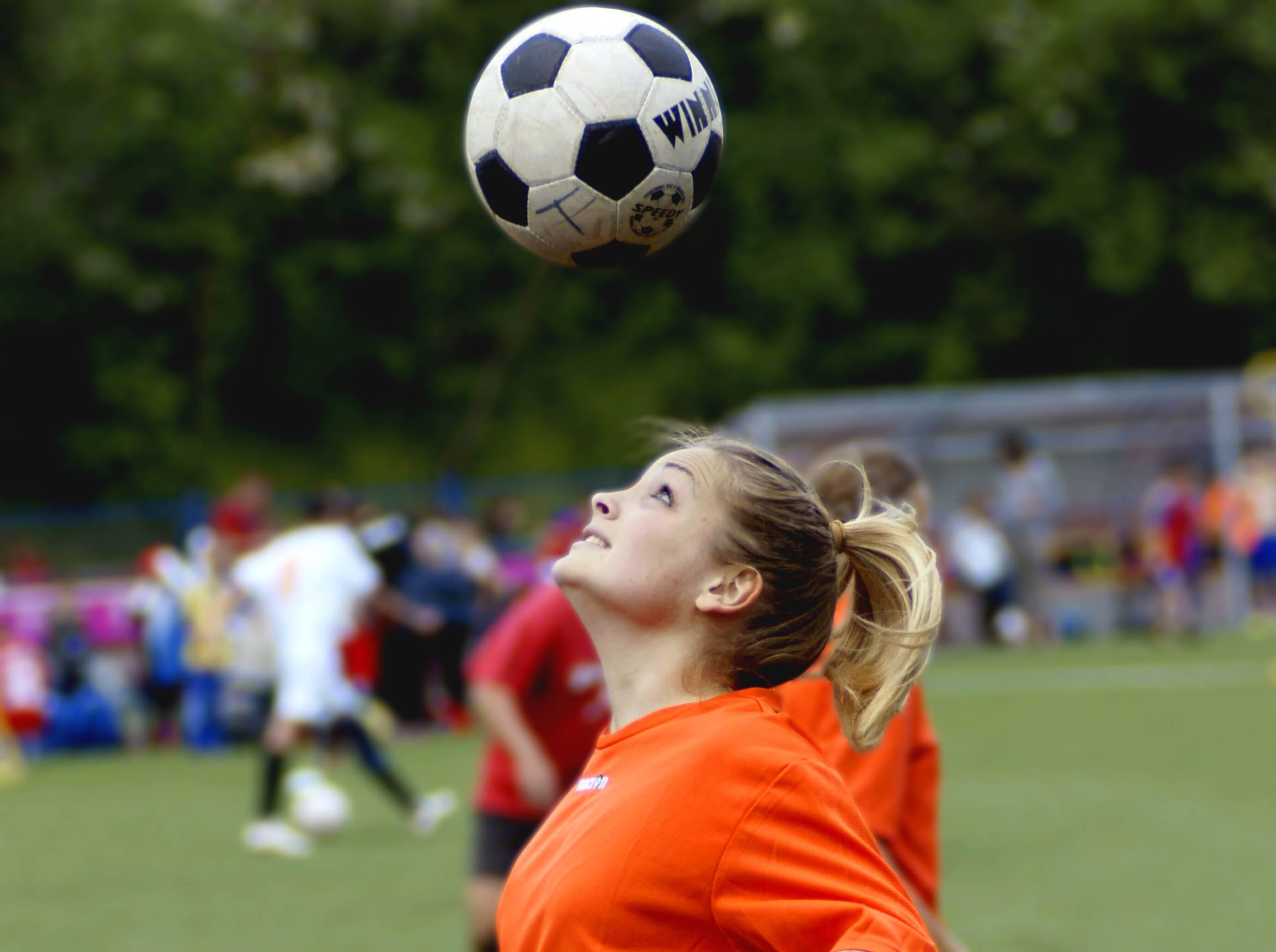 Ведение мяча в футболе: способы и техника выполнения