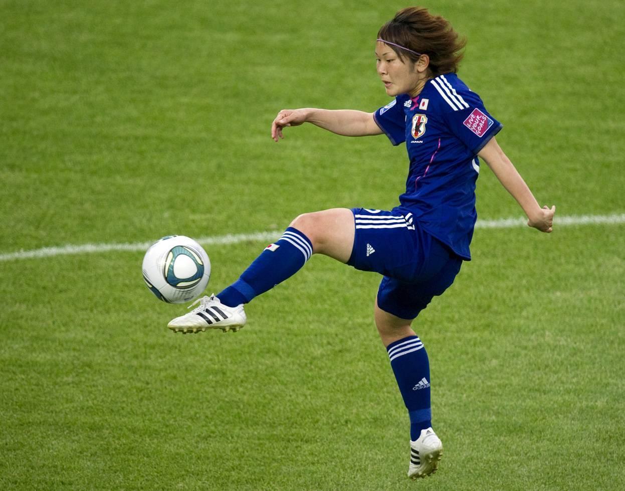 Как правильно бить по мячу в футболе?